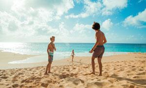 海边沙滩上玩耍的儿童摄影高清图片