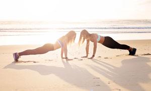 沙滩上比赛做俯卧撑的美女高清图片