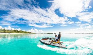 水面上开着快艇的男女摄影高清图片