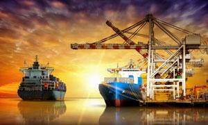 水面上的货轮风景逆光摄影高清图片