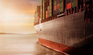 在大海上的集装箱货轮摄影高清图片