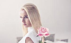 把鲜花藏在背后的美女摄影高清图片