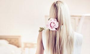 在肩上放着鲜花的美女摄影高清图片