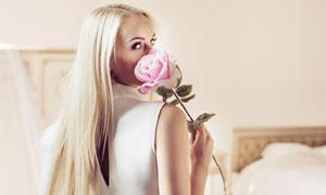 手拿一枝花的长发美女摄影高清图片
