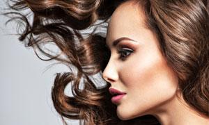 妆容卷发美女人物侧面摄影高清图片