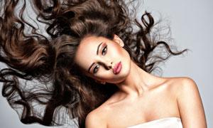 甩着秀发的抹胸装美女摄影高清图片