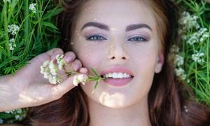 躺在草地上的美女特写摄影高清图片