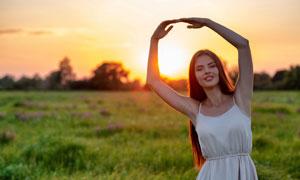 比划着手势的长发美女摄影高清图片