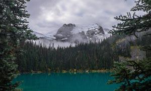 山间美丽的山林和湖泊摄影图片