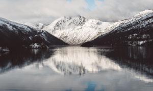 雪山下的美丽湖泊景观摄影图片