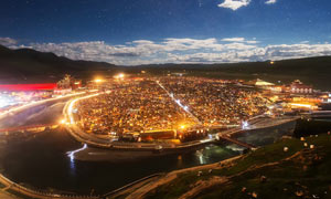 夜幕降临下的城市全景摄影图片