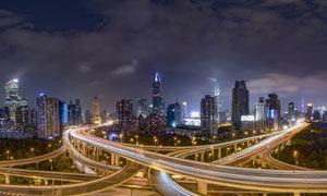 夜幕下的城市建筑和立交橋攝影圖片