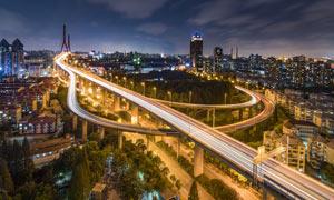 城市夜晚美麗的吊橋攝影圖片