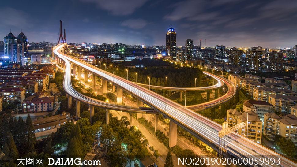 城市夜晚美丽的吊桥摄影图片
