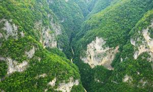 大山深处的公路摄影图片