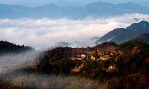 云雾缭绕的山村美景摄影图片