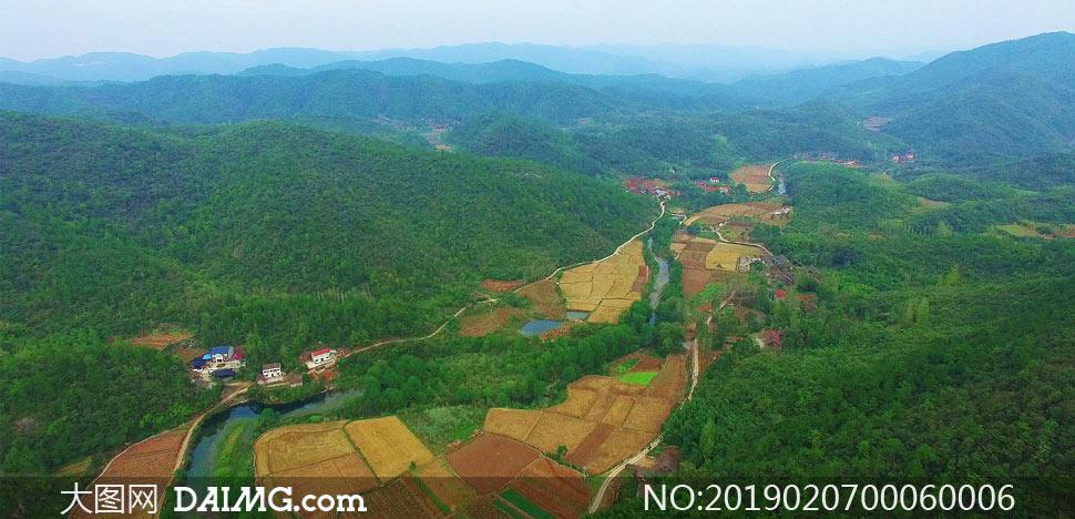 大山深处的农村和农田摄影图片