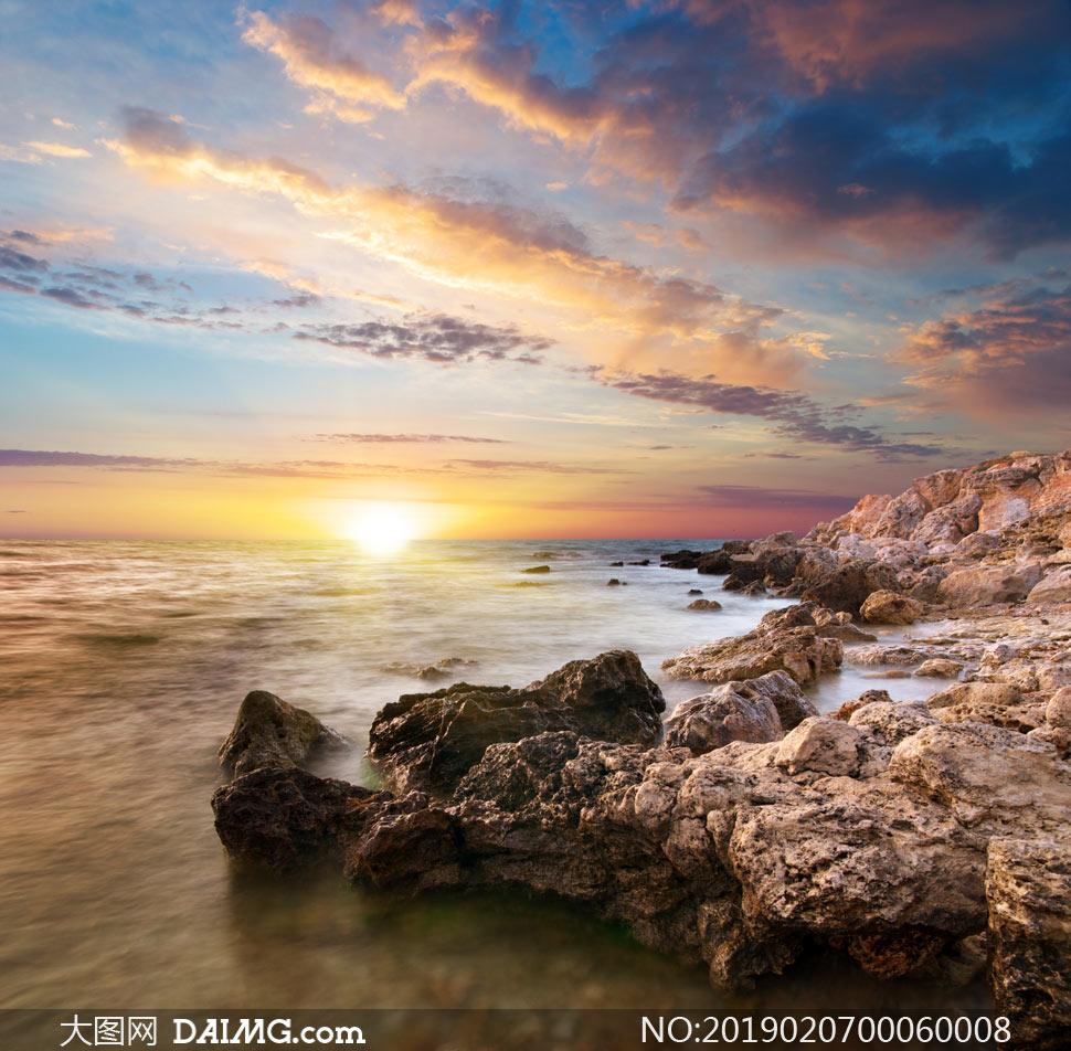 夕陽下的海邊美麗風光攝影圖片
