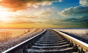 夕陽下的鐵軌高清攝影圖片