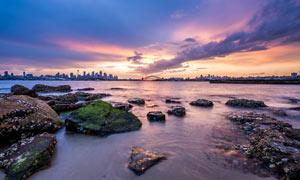 黄昏下的海边礁石景观摄影图片