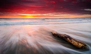 夕阳下的美丽大海和海浪摄影图片