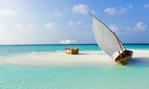 海边停泊帆船和度假场景摄影图片