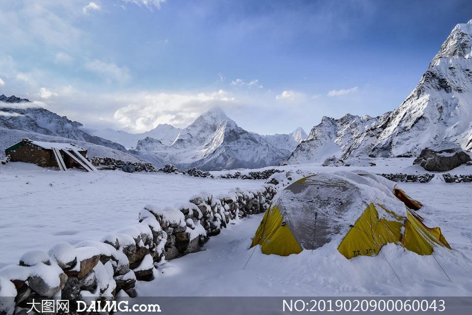 在雪山中露营的帐篷摄影图片