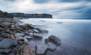 海边被海水冲击光滑的石头摄影图片