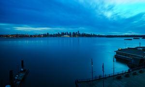 夜幕下的海边城市和码头摄影图片