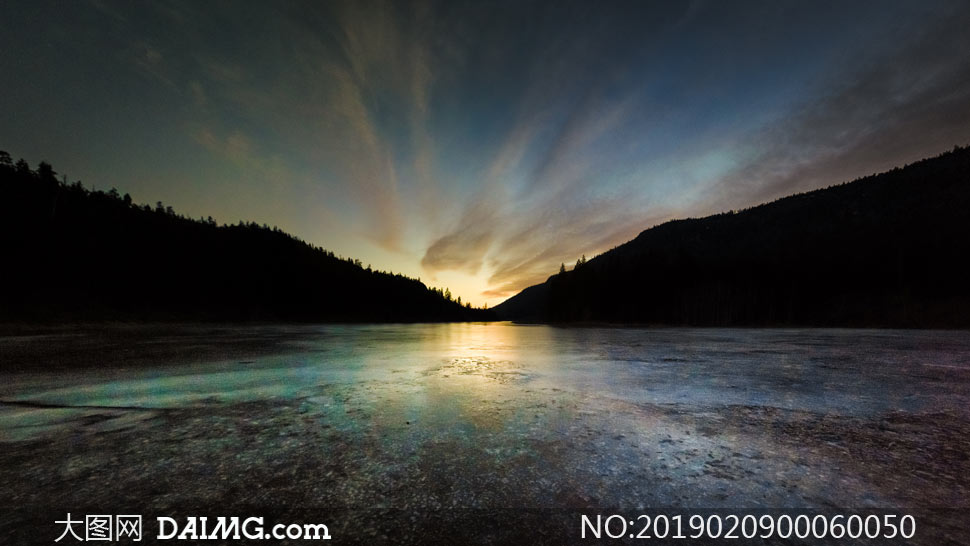 落日下的山间湖泊美景摄影图片