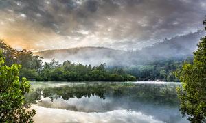 雾气缭绕的湖泊景色摄影图片
