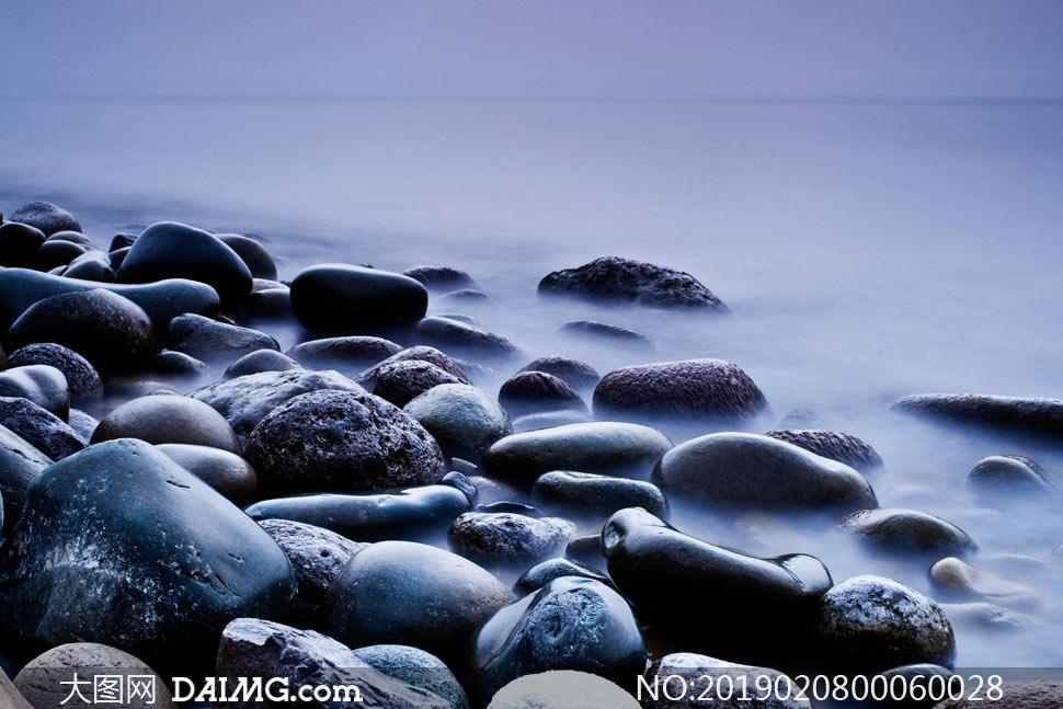 海边光滑的石头高清摄影图片