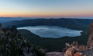 山顶湖泊美丽的黄昏景观摄影图片