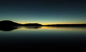 黄昏平静的湖泊美景摄影图片