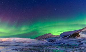 雪山上美丽的极光景观摄影图片
