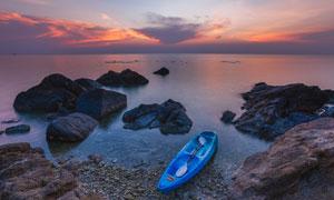 夕阳下海边停泊的小舟高清摄影图片