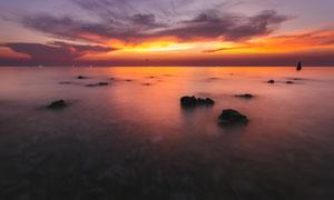 夕阳下海上美丽的礁石摄影图片