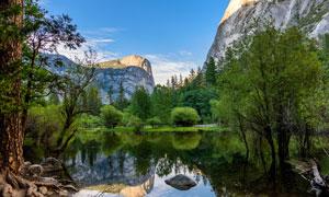 大山之中美丽的湖泊摄影图片