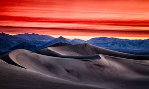黄昏下的山峰和沙漠美景摄影图片