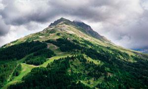 乌云下的大山和山林摄影图片