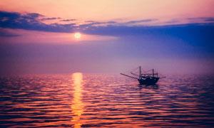 海洋上停泊的小船摄影图片