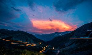 黄昏下的盘山公路摄影图片