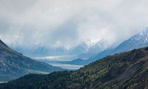 云雾缭绕的美丽大山摄影图片