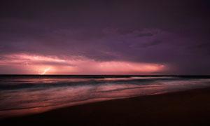 暴风雨来临之际的海边摄影图片
