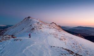 夕阳下的雪山山顶美景摄影图片