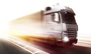 在道路上飞驰着的卡车摄影高清图片