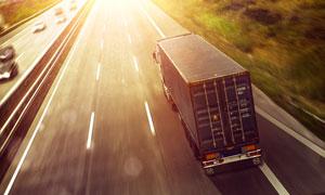 航拍视角货物运输车辆摄影高清图片