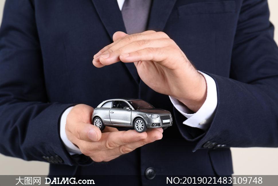手上的小汽车模型创意特写高清图片