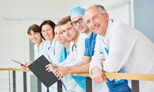 靠着护栏的医务工作者摄影高清图片