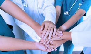 把手叠放在一起加油的医生高清图片
